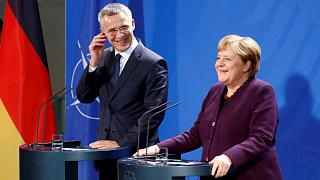 المستشارة الألمانية أنجيلا ميركل والأمين العام لحلف شمال الأطلسي ينس ستولتنبرغ في مؤتمر صحفي ببرلين
