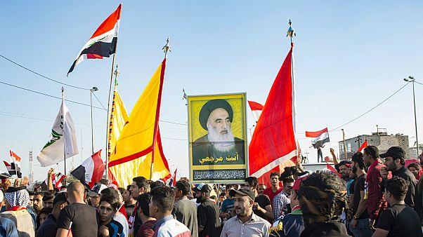 عراقيون يحملون صورة لآية الله السيستاني
