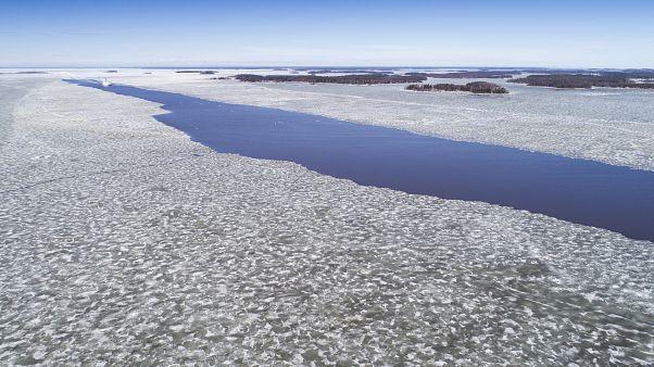 """""""بيض جليدي"""" ينتشر على شاطئ جزيرة فنلندية.. كيف تشكّل؟"""