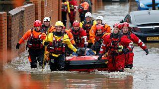 Hochwasser in weiten Teilen Englands - Leiche aus Fluss geborgen