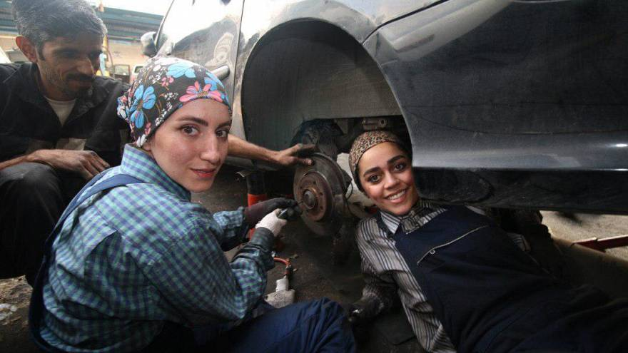 زنان مکانیک در گفتوگو با یورونیوز: روزی گاراژ خودمان را میزنیم