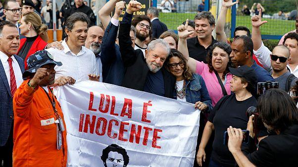 Ex-presidente do Brasil celebra libertação ao lado de Fernando Haddad
