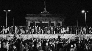 Kelet- és nyugat berliniek ünnepelnek a leomlott berlini falnál 1989. november 9-én