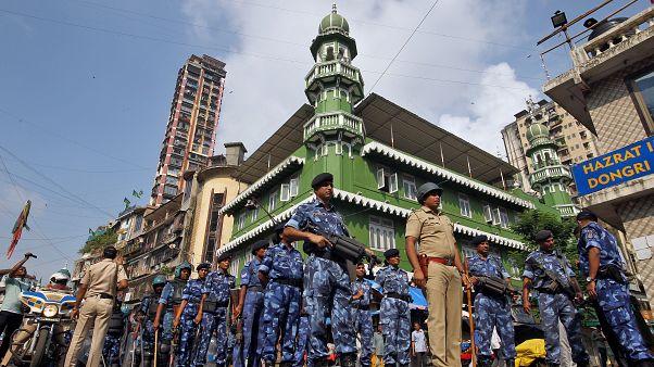 عناصر من الأمن الهندي أمام مسجد في مومباي قبل صدور قرار المحكمة العليا