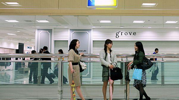 نساء يابانيات يطلقن حملة للمطالبة بحق ارتداء النظارات أثناء دوام العمل