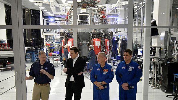 Elon Musk, NASA yetkilileri ve astronotlarla birlikte Hawthorne'da SpaceX şirketinin merkezi gezdi