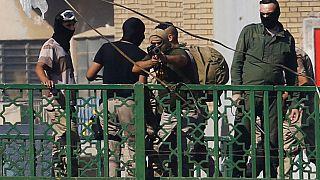 أحد أفراد قوات الأمن العراقية يوجه سلاحه نحو المتظاهرين في بغداد - 2019/11/09 -