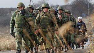 شاهد: بدء انسحاب القوات المتنازعة من خط الجبهة في شرق أوكرانيا