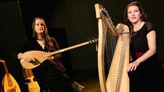 Fransız Isthar grubunun üyeleri Maelle Coulange (solda) ve Maelle Duchemin (sağda)