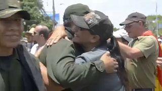 Összeölelkeznek a biztonságiak és a tüntetők Bolíviában