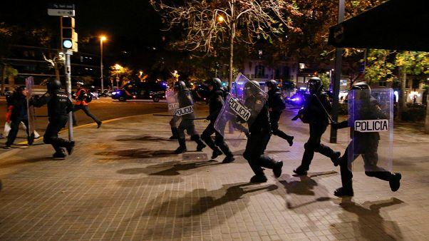 الشرطة تحاول تفريق متظاهرين انفصاليين كتلان خلال مظاهرة عشية الانتخابات، برشلونة، 9 نوفمبر 2019