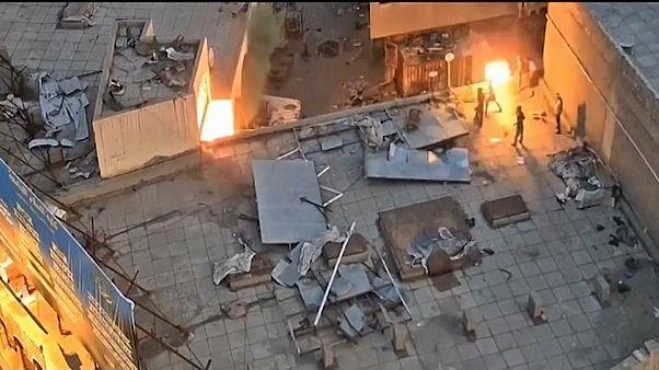 بحسب التلفزيون الرسمي العراقي هاجم المحتجون رجال الأمن وألقوا عليهم الزجاجات الحارقة من سطوح أحد الأبنية