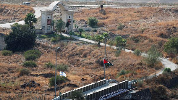 العلمان الأردني والإسرائيلي عند معبر الباقورة (التي يسميها الإسرائيليون نهارييم) الحدودي