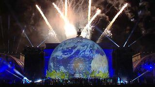30 Jahre Mauerfall: Feuerwerk lässt Berlin aufleuchten