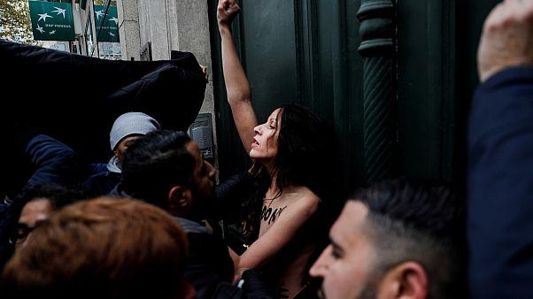 Fransa'nın başkenti Paris'te İslam karşıtlarını protesto gösterisinde bir femen üyesi