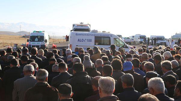 Antalya'da dün evlerinde ölü bulunan aynı aileden 2'si çocuk 4 kişi cenaze aracıyla getirildikleri Erzurum'da toprağa verildi.
