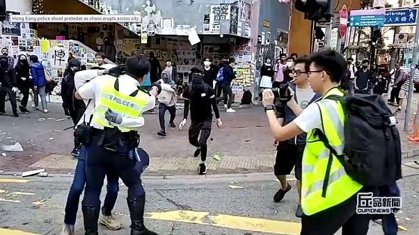 Nel fotogramma del video, il momento in cui l'agente di polizia apre il fuoco.