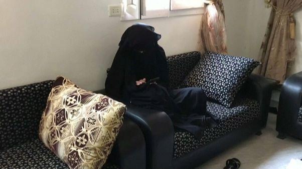 امرأة فرنسية يعتقد أنها زوجة أحد مقاتلي داعش في مخيم سلوك في الرقة السورية -2019/11/07 -