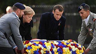 Angela Merkel ve Emmanuel Macron isimsiz asker için çelenk koyuyor