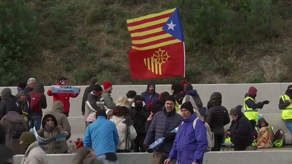 محتجون على الطريق الرئيسي الرابط بين إسبانيا وفرنسا الاثنين 11-11-2019