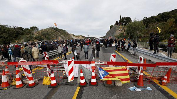Каталония: протестующие перекрыли трассу, связывающую Испанию и Францию