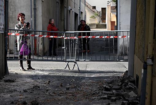 Una mujer fotografía destrozos en un edificio de Le Teil, epicentro del seísmo
