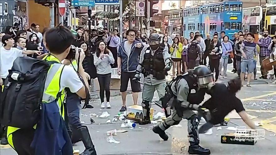 ضرب و شتم خیابانی معترضان هنگکنگی توسط پلیس