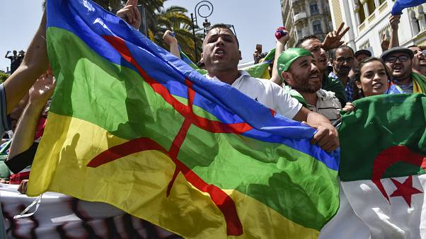 رفع الراية الأمازيغية خلال المظاهرات في الجزائر