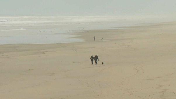 شاهد:  طرود الكوكايين تجتاح سواحل منطقة الجيروند في غرب فرنسا