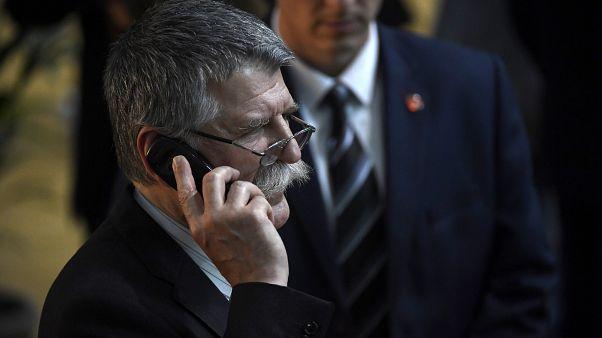 Beperelik Kövér Lászlót, amiért nem engedi az újságírókat szabadon mozogni a Parlamentben