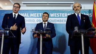 Sırbistan Cumhurbaşkanı Aleksandar Vucic (solda), Kuzey Makedonya Başbakanı Zoran Zaev ve Arnavutluk Başbakanı Edi Rama (sağda)