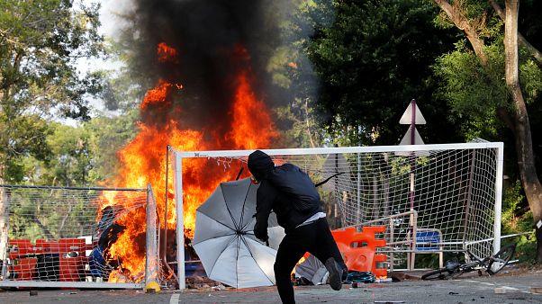 فوضى وحرائق وأعمال عنف في هونغ كونغ بعد مواجهات عنيفة بين الأمن والمتظاهرين
