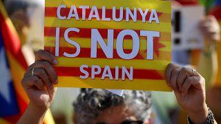 """محتج يرفع لافتة كتب عليها: """"كتالونيا ليست إسبانيا"""" - 2019/07/02 -"""