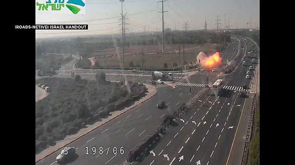 لحظة انفجار صاروخ فلسطيني سقط على بعد أمتار قليلة من سيارات كانت على أحد الطرق السريعة الرئيسية في إسرائيل 12.11.19