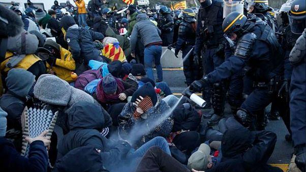 پلیس فرانسه معترضان جدایی طلب کاتالونیا را در مرز اسپانیا پراکند