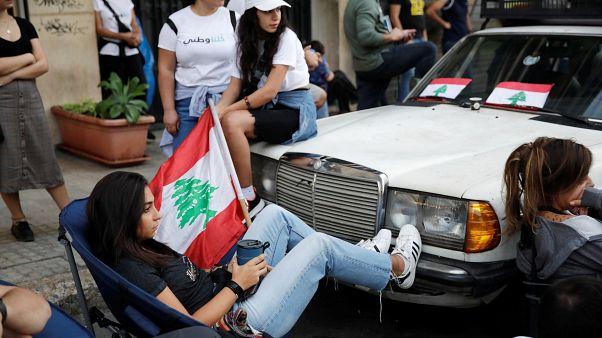 طلاب لبنانيون يعتصمون أمام شركة كهرباء لبنان في بيروت. 11/11/2019