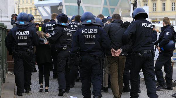 Almanya: Saldırı hazırlığında olduklarından şüphelenilen Türk uyruklu 2 kişi gözaltında