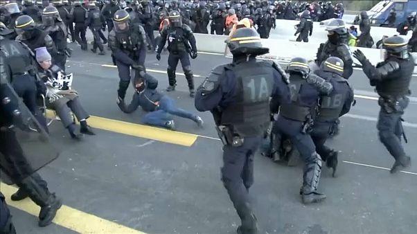 Mit Tränengas und Gummigeschossen: Polizei löst Autobahn-Blockade auf