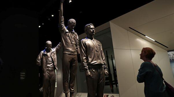 زائر يقف أمام تمثال في المتحف الوطني لتاريخ الأمريكيين الأفارقة والثقافة. واشنطن - 2019/10/25 -