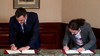 Pedro Sánchez y Pablo Iglesias en la firma del preacuerdo