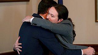 L'abbraccio tra Sanchez e Iglesias.