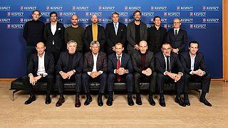 Presenti a Nyon: in piedi Tuchel, Fonseca, Guardiola, ten Hag, Rosetti, Klopp, Garcia, Marchetti. Accosciati: Allegri, Ancelotti, Lucescu, Ceferin, Zidane, Sarri, Emery.