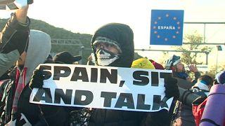 İspanya ile Fransa sınırındaki yolu kapatan gruba polis müdahalesi