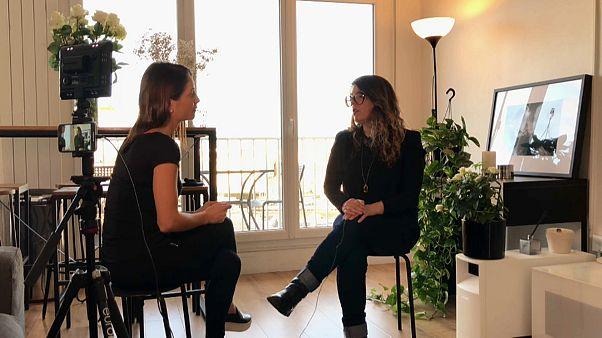 Anelise Borges pour Euronews (à droite) et Sandrine Martins, survivante des attentats de Paris.