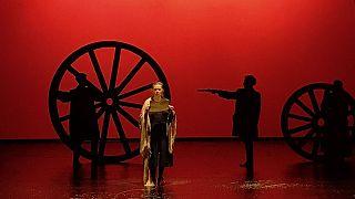 «Πόλεμος και Ειρήνη»: Το ρωσικό έπος ανεβαίνει στο Δημοτικό Θέατρο Πειραιά