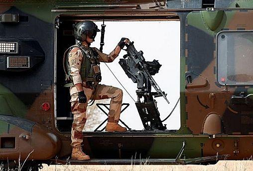 سرباز ارتش فرانسه در کنار مسلسل پیشرفته خودکار در جریان نبرد علیه گروههای شورشی در مالی
