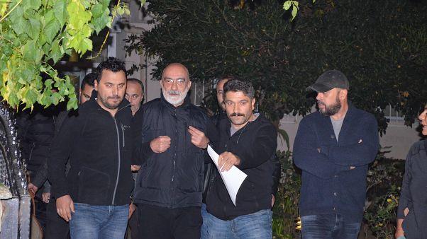 Hakkında yakalama kararı çıkarılan Ahmet Altan, İstanbul Göztepe'deki evinde gözaltına alındı