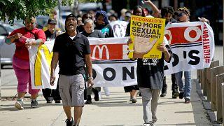 McDonalds çalışanları cinsel tacizi protesto ediyor