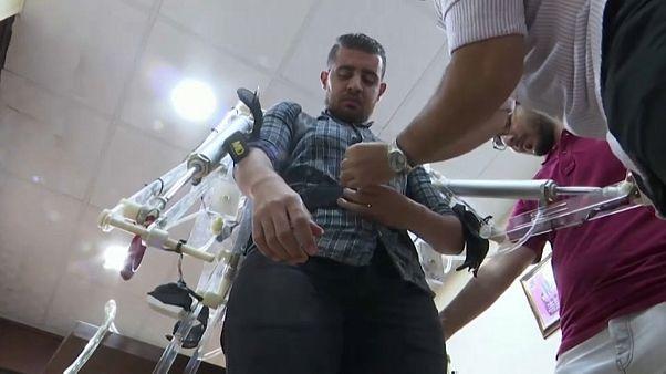 شاهد: طلاب مصريون ينجحون في تطوير بدلة لرفع الأجسام الثقيلة