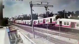 شاهد: لحظة اصطدام قطارين بالهند